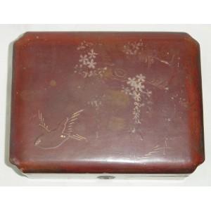Antigua caja de madera lacada